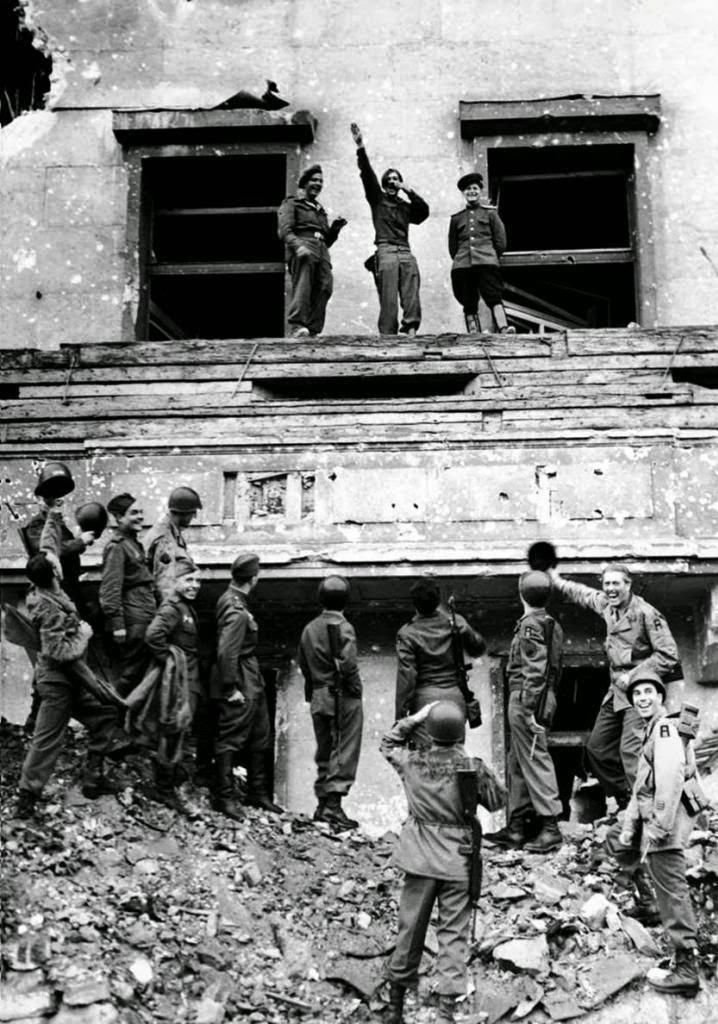 Soldados aliados se burlan de Hitler en lo alto de su balcón de la Cancillería del Reich, 1945