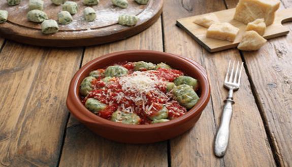 Malfatti de espinaca y ricota casero con salsa de tomate