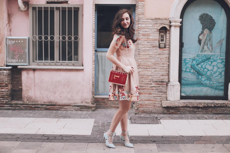 Un vestito ricamato di Chicwish, una book bag e delle décolléte lace-up