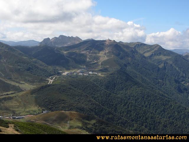 Ruta Pico Cellón. Vista de la estación de sky Valgrande - Pajares desde el Cellón