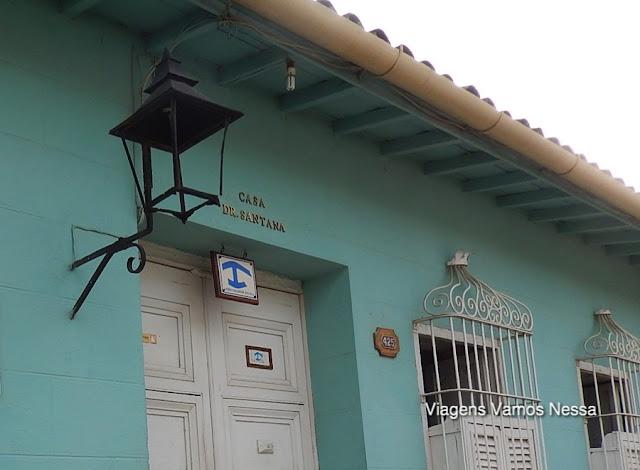 Símbolo azul que identifica casa particular que aluga quartos