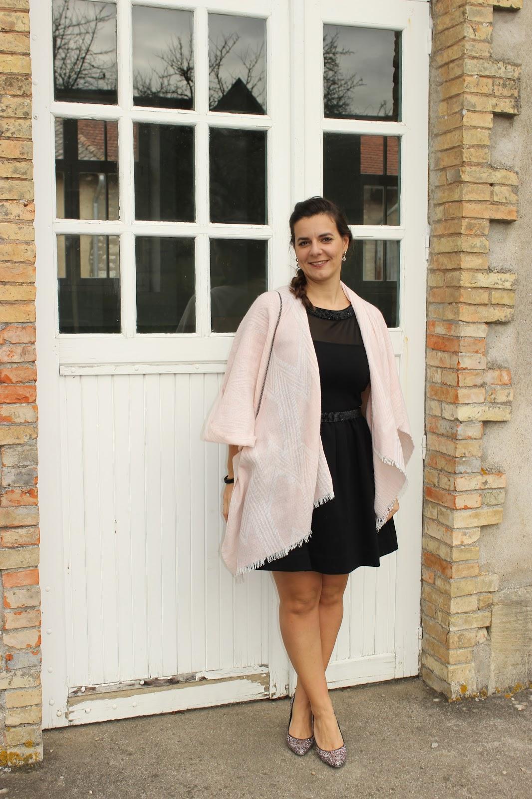 tenue de fete les petites bulles de ma vie robe noire maje, poncho rose