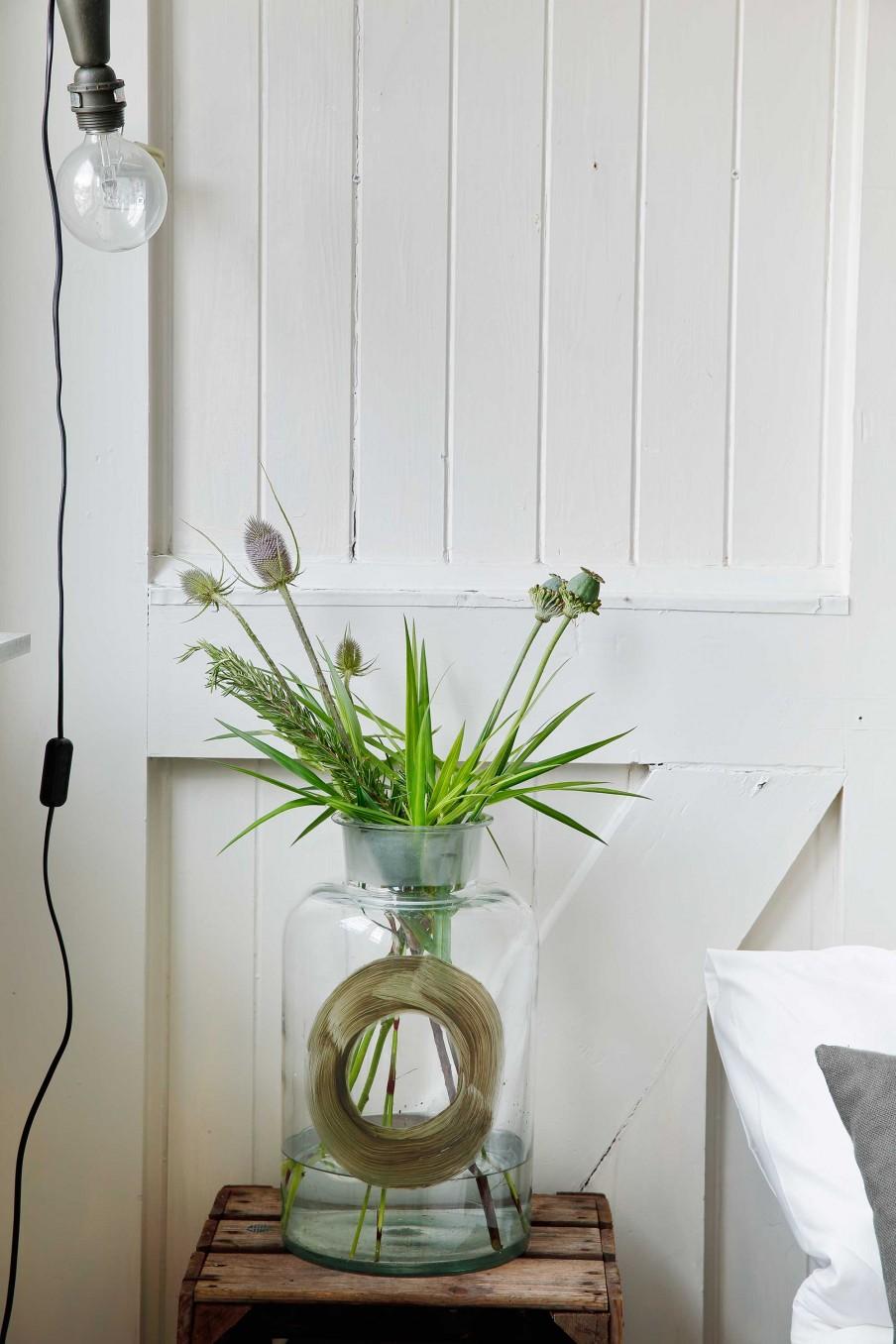 mesita auxiliar, caja madera, caja de fruta, vintage, jarron cristal, lampara, estilo nordico, alquimia deco