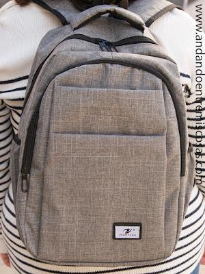 Mochila gris con bolsillos