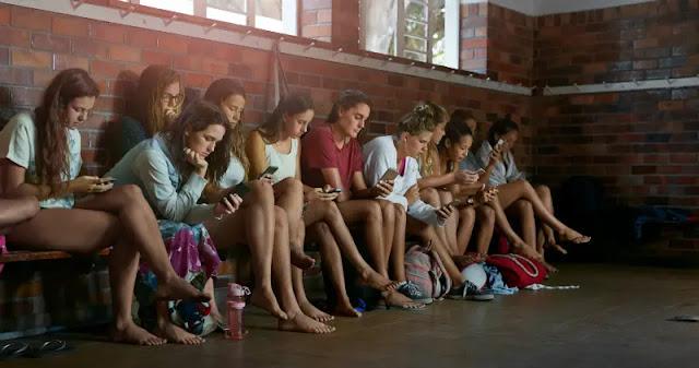 adolescentes-com-smartphone-na-mão