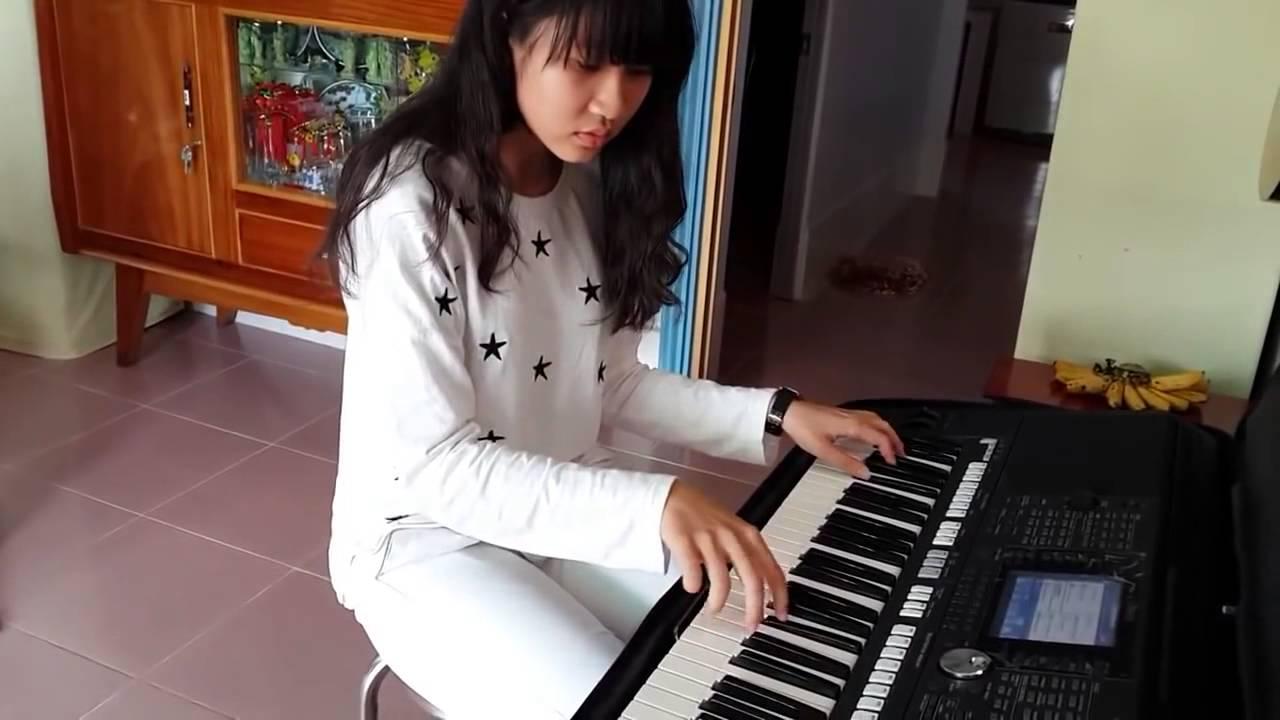 Em gái xinh tập chơi đàn Organ cực mượt