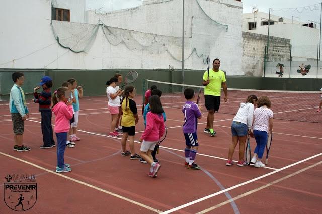 jugar tenis niños arucas