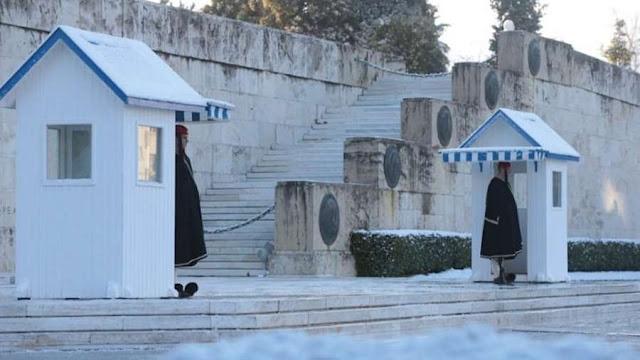 Οι Εύζωνες στη θέση τους στο Μνημείο του Άγνωστου Στρατιώτη φυλάνε μαζί με το χιονιά