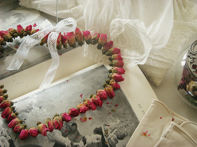 Suspension en boutons de roses séchées.