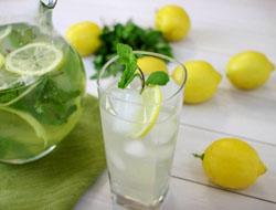 Gėrimas su citrina ir mėtomis