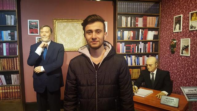 Harun İstenci Eskişehir'de Yılmaz Büyükerşen Balmumu Müzesi turunda. Ünlü Türk Profesörü ve gazeteci yazarı İlber Ortaylı ve Hıfzı Topuz ile birlikte.