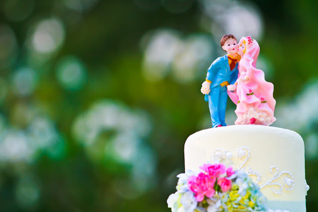 wedding cake with kitsch couple