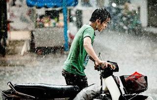 2.Sudah mau sampai tiba-tiba hujan