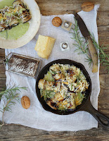 Rollitos de berenjenas rellenos de queso y nueces con bechamel de calabacín