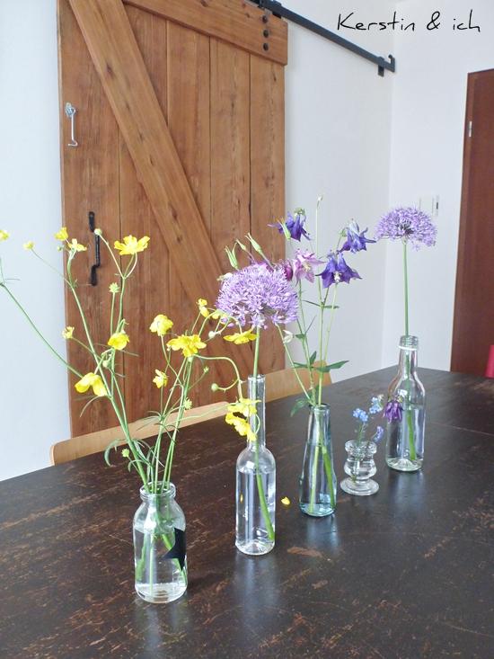 Blumendeko vor selbstgebautem Scheunentor