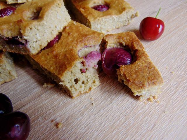 Ciasto daktylowe z ciecierzycy z czereśniami