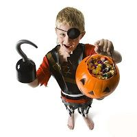 Niño disfrazado de pirata, con calabaza de halloween