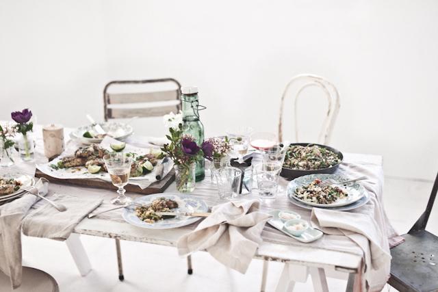 decorar una mesa para cenar con amigos