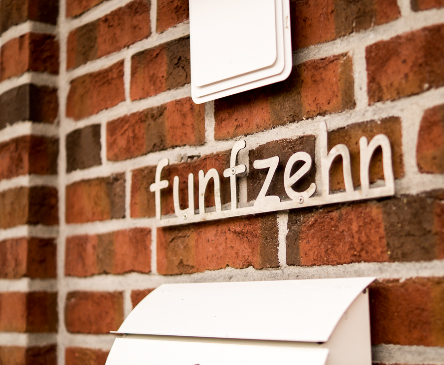 Blog + Fotografie by it's me | fim.works | Ein Garten im Norden | Hausnummer Fünfzehn | Briefkasten | Haustürleuchte