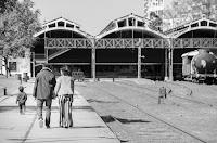 Novios caminando al lado de la vía cerca del CMDC, con su hijo al lado. La isla de los Inventos se ve al fondo. Foto de Cristian Moriñigo, de Positive