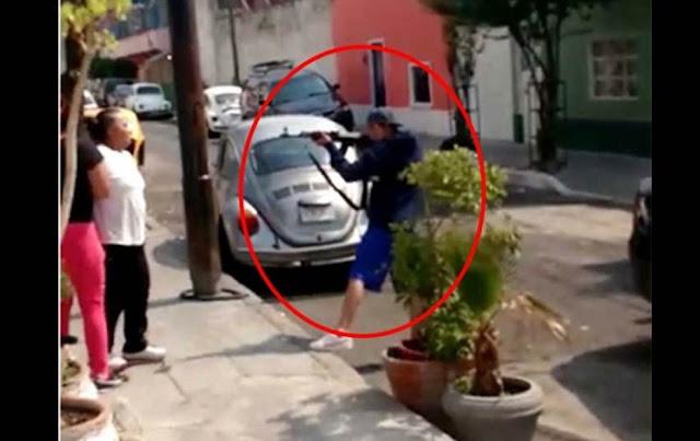 Video: !Voy a venir a matarlas¡ les grita sicario amenazan a dos mujeres mientras les apunta con una AK-47