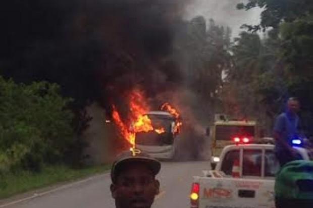 Video-Tragedia: 6 muertos y 12 heridos incendiarse guagua, tras caerle cable de alta tensión