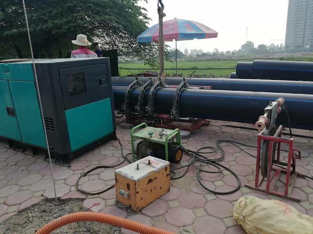 Ống nước sạch Dismy D400 đang được xếp trước cổng khu đô thị Thanh Hà chờ lắp đặt