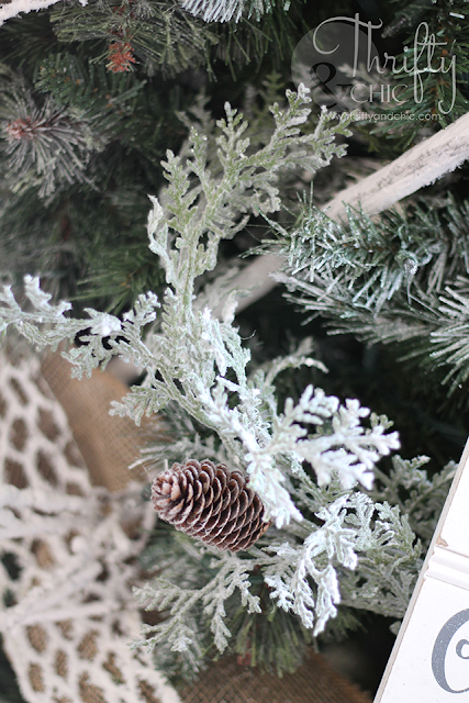 How to decorate a Christmas tree. Tips on decorating a Christmas tree. Farmhouse Christmas tree decor and decorating ideas. Woodland themed Christmas tree.
