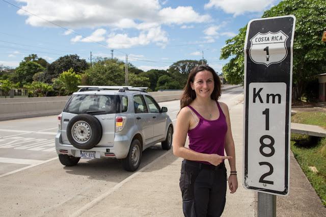 Con nuestro coche de alquiler en la carretera panamericana de Costa Rica
