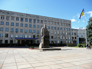 Житомир. Площадь Королёва. Областная администрация. Памятник С. П. Королёву