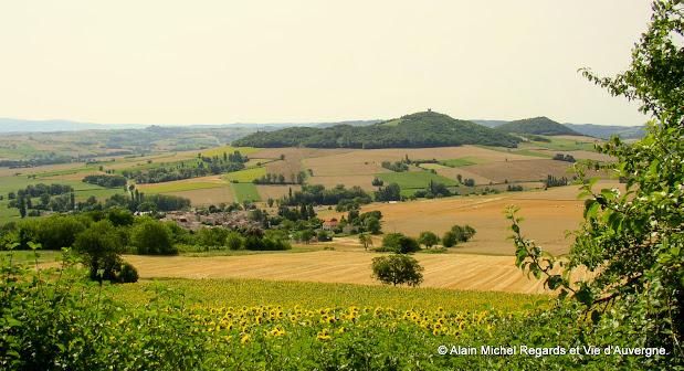 paysage d'Auvergne, champs, village, plaine