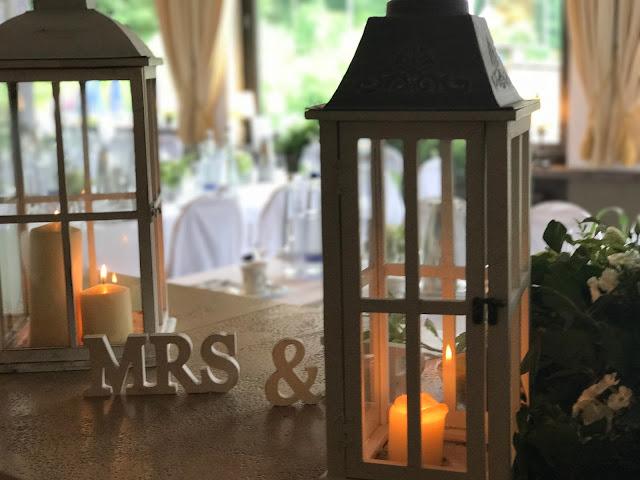 Holzlaternen und Kerzen, Regenhochzeit im Sommer am Riessersee Hotel Garmisch-Partenkirchen, Bayern