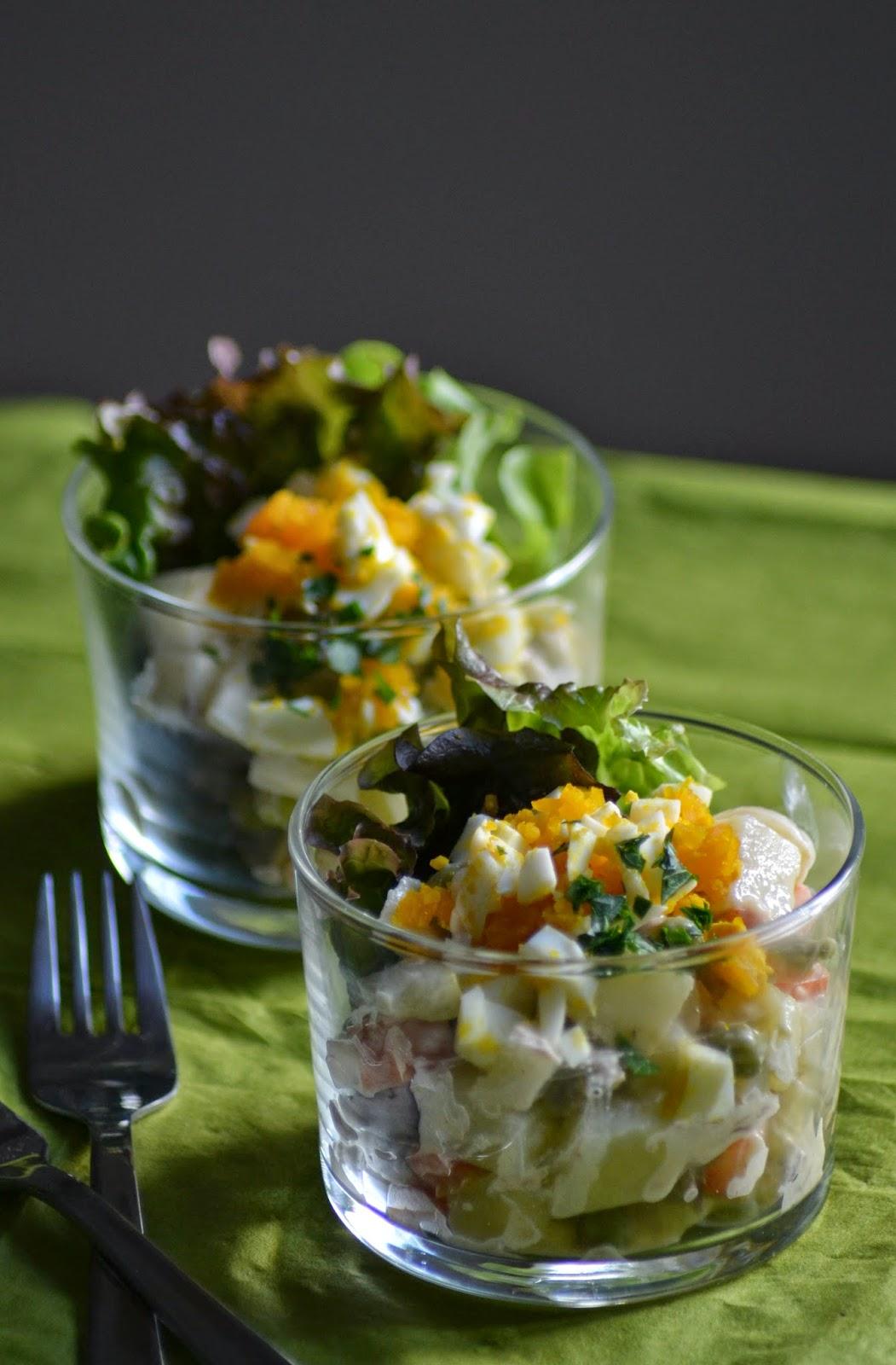 huisgemaakte huzarensalade in een glaasje