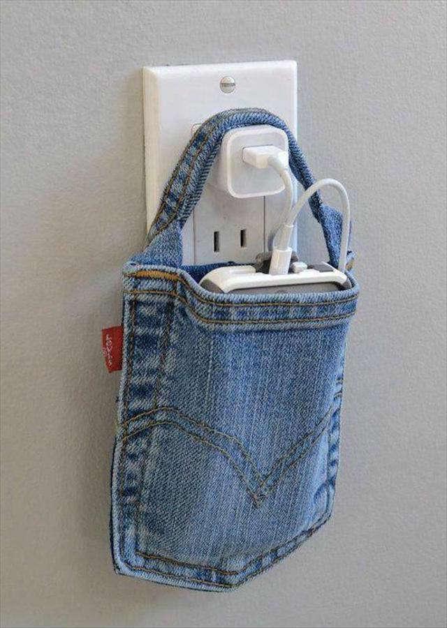 colgador para cargar el móvil hecho con un bolsillo de un pantalón o falda vaquera