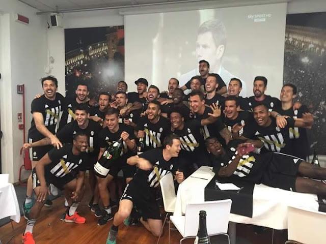 Para Pemain Juventus memakai Tshirt Juventus Campioni 34 2016