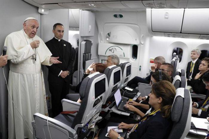 Francisco en rueda de prensa ya habitual dentro del avión que lo transporta hacia el Vaticano