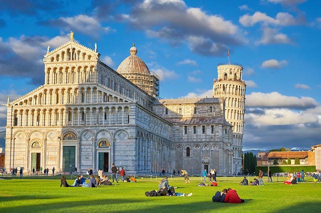 Turistas na Praça dos Milagres em Pisa na Itália