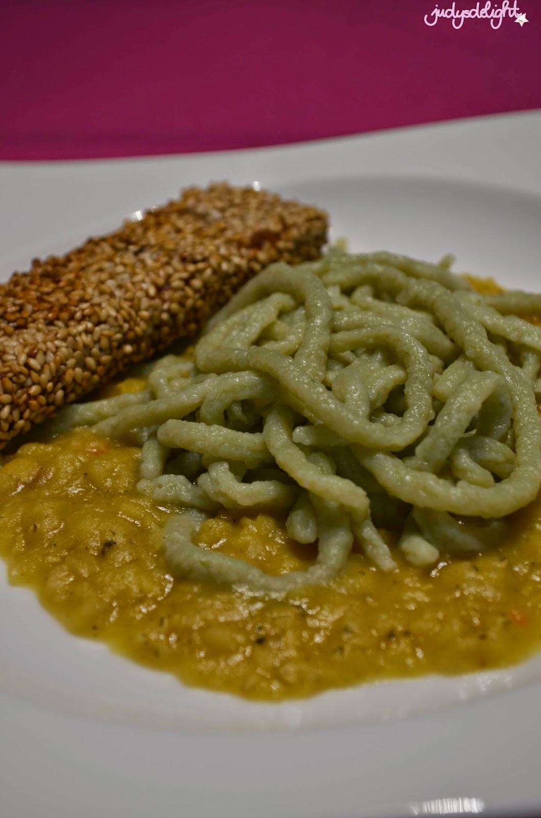 Matcha Spätzle mit Curry Kokos Linsen und Tofu Sticks in Sesampanade