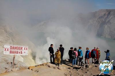 Turistas ante el cráter de Kawah Ijen