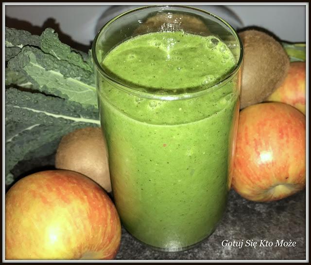 Zielony koktajl z jarmużu i rukoli oraz jabłka i kiwi