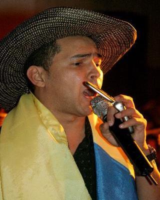 Foto de Jorge Celedón con su armónica