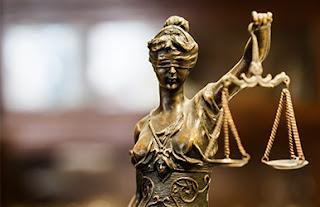 Figura que representa a la justicia con su balanza