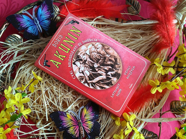 """Jedna książka, dwie historie i moje podzielone zdanie, czyli recenzja powieści Borisa Akunina pt.""""Latający słoń. Dzieci Księżyca"""""""