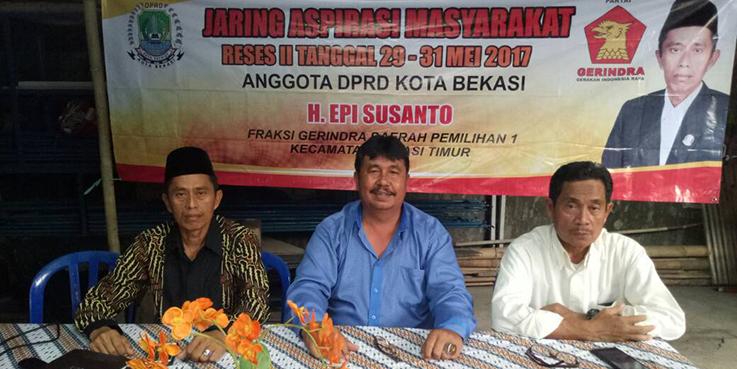 Ketua DPC Gerindra Kota Bekasi Ibnu Hajar Tanjung (tengah), Ketua PAC Bekasi Timur Nanang Suryadi dan H Epi DPRD Kota Bekasi saat menghadiri reses di Rantin Duren Jaya RW 16 RT 10, Keluarahan Duren Jaya.