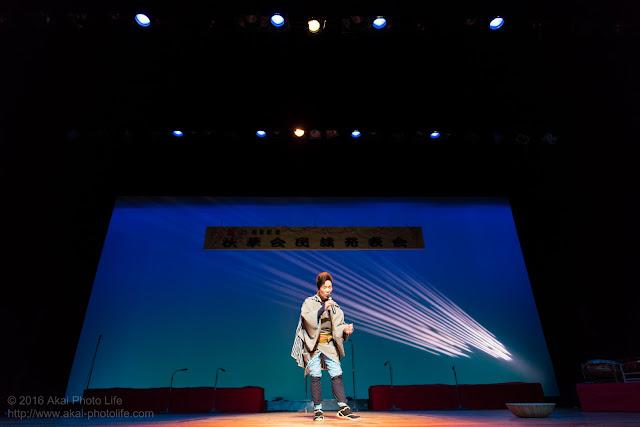 広角で照明入れて立体感を出し舞台でうたう演歌歌手を撮った写真