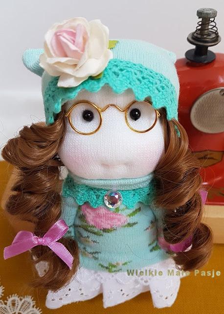 lalka, lalka ze skarpetki, skarpetkowa lalka, skarpetkowe zabawki, lalka ręcznie szyta, Dzień Dziecka, wiosna, skarpetki, lalka retro, lalka w okularach, maszyna do szycia, dziecięca maszyna do szycia, кукла, кукла с носками, носовая кукла, игрушки для носков, ручная кукла, детский день, весна, носки, ретро-кукла, кукла в очках, швейная машина, детская швейная машинаdoll, doll with socks, sock doll, socks toys, hand-sewn doll, Children's Day, spring, socks, retro doll, doll with glasses, sewing machine, children's sewing machine,muñeca, muñeca con calcetines, calcetín, calcetines juguetes, muñeca cosida a mano, día del niño, primavera, calcetines, muñeca retro, muñeca con gafas, máquina de coser, máquina de coser para niños, prezent na Dzień Dziecka, gift for child, handmade doll , handmade gift, Puppe, Puppe mit Socken, Socke Puppe, Socken Spielzeug, handgenähte Puppe, Kindertag, Frühling, Socken, Retro-Puppe, Puppe mit Brille, Nähmaschine, Kinder-Nähmaschine