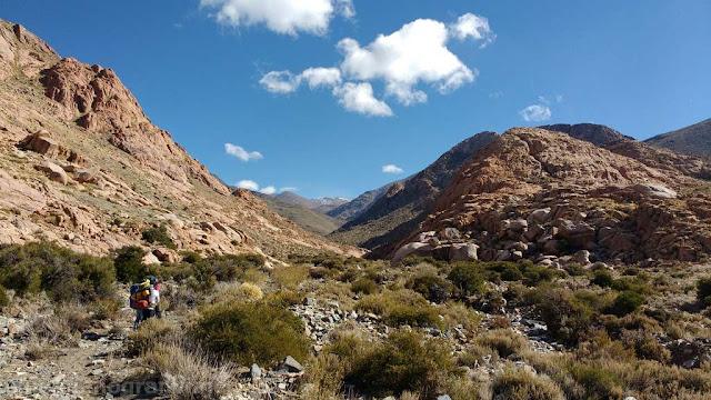 vega, coloradas, rocas, zanjerias, senda, vista, escalada