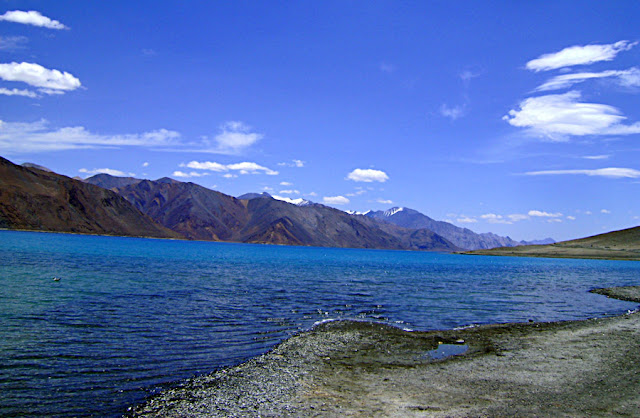 snow topped mountains behind ladakh lake
