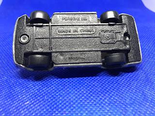 ポルシェ 959 のおんぼろミニカーを底面から撮影