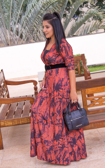 Look do dia: vestido longo estampado com tule